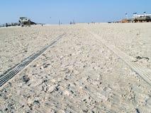 Tecken av bilar på stranden Arkivbild