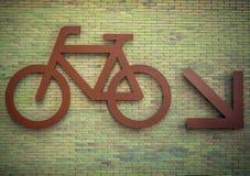 Tecken av cyklar som parkerar på en byggnadsvägg Royaltyfri Fotografi