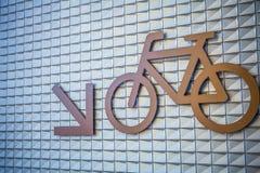 Tecken av cyklar som parkerar på en byggnadsvägg Royaltyfria Bilder