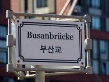 Tecken av den Busan bron med tysk- och koreanbokstäver i Hafencity Hamburg, Tyskland Selektivt fokusera fotografering för bildbyråer