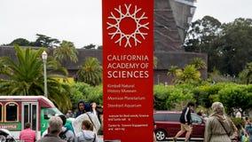 Tecken av den Kalifornien akademin av vetenskaper i San Francisco, Kalifornien arkivfoto