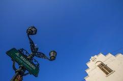 Tecken av den Malioboro gatan och en forntida byggnad Royaltyfria Foton