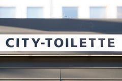 Tecken av den offentliga stadstoiletten arkivbilder