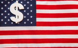 Tecken av dollarvaluta på amerikanska flagganbakgrund Royaltyfria Foton