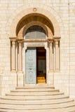 Tecken av dyrkan av kristen på via Dolorosa i Jerusalem arkivbild
