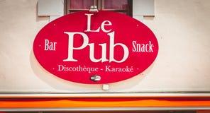 Tecken av en bar i centret var den är skriftlig i franskt - arkivfoton