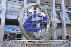 Tecken av EU nära köpcentret Arkivfoto