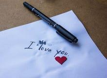 Tecken av förälskelse i hjärtorna av papperet Arkivfoton