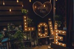 Tecken av förälskelse med en ljus kula och en stearinljus Fotografering för Bildbyråer