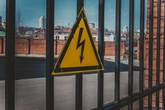 Tecken av fara av hög elektricitetsspänning royaltyfri foto