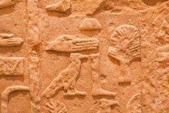 Tecken av händer och ben på den konstgjorda väggen från Egypten Arkivfoton