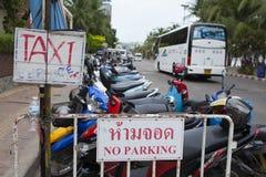 Tecken av service för turist och besökare på gatasidan av Pattaya Royaltyfria Bilder