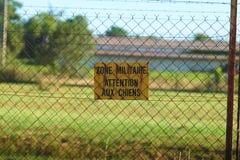 Tecken av varning av den militära zonen Arkivbilder