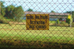 Tecken av varning av den militära zonen Arkivbild