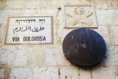 Tecken av via Dolorosa det berömda historiska stället Arkivbilder