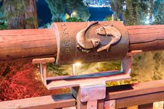Tecken av zodiakFiskarna på bron av den önskande bron i thered ljus av en strålkastare som lokaliseras på den gamla staden Yafo i Royaltyfri Fotografi