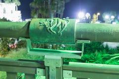 Tecken av zodiakOxen på bron av den önskande bron i klartecknet av en strålkastare som lokaliseras på den gamla staden Yafo i tel Arkivbild