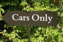 Tecken bilar endast tecken för bilar endast underteckna in en parkeringshus Royaltyfri Foto