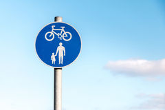 Tecken: Cykel och korsning väg Royaltyfri Fotografi