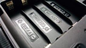 Tecken eller symbol f?r motorf?rbundetbatteriladdning i den svarta plast- utrustningspringan som som ?r klar att installera 4 bat royaltyfria foton