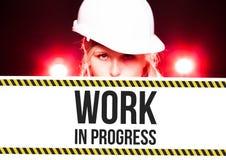 Tecken för arbete för arbetare hållande pågående på informationsbräde Royaltyfri Fotografi