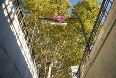 Tecken för Atoha tunnelbanastation på utgången i Madrid Royaltyfria Foton