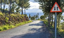 Tecken för båda riktningar på en farlig bergväg i Murcia, Spanien arkivbilder