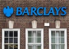 Tecken för Barclays Bank storgatanbankrörelsen arkivbild