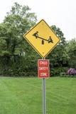 Tecken för barnsäkerhetszon, gulingsvart, röd vit, symbolsse-såg arkivfoto