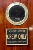 Tecken för besättning endast Royaltyfria Foton