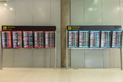Tecken för bräde för information om om flygplatsavvikelse & ankomst Arkivfoto