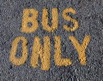 Tecken för buss endast Arkivfoto