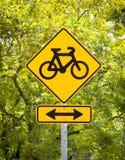 Tecken för cykelgränd framme av grönska Royaltyfria Foton