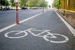 Tecken för cykelgränd på vägen Royaltyfria Bilder