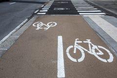 Tecken för cykelgränd på vägen, symbol för körbanadelen som reserveras för cyklist endast royaltyfri foto