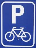 tecken för cykelsymbolsparkering Arkivbild
