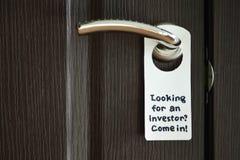 Tecken för dörrhängare Hand - gjord hängare arkivbilder