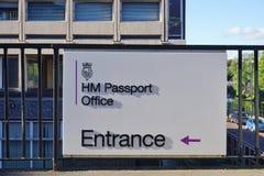 Tecken för den brittiska HMEN Passport Office Arkivbilder
