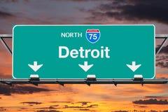 Tecken för Detroit norr huvudväg mellanstatliga 75 med soluppgånghimmel Arkivfoto