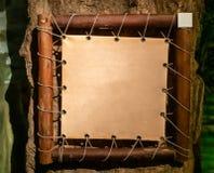 Tecken f?r djungel- och naturtemamodell med tr?ramen royaltyfri bild