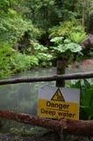 Tecken för djupt vatten för fara Royaltyfria Foton