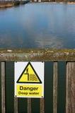 Tecken för djupt vatten för fara arkivfoto
