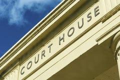 tecken för domstolingångshus Fotografering för Bildbyråer