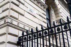 Tecken för Downing Street 10 och svartsäkerhetsstaket Royaltyfri Fotografi