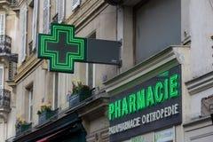 Tecken för ett apotek i Paris Arkivfoto
