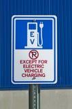 Tecken för EV-uppladdningsstation Fotografering för Bildbyråer