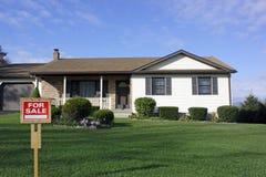 tecken för försäljning för grönt hus för gräs Arkivbild