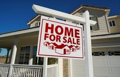 tecken för försäljning för home hus för gods verkligt rött Royaltyfria Bilder