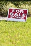 tecken för försäljning för husägare Arkivbilder