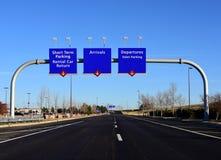 Tecken för flygplatsterminal med blå himmel royaltyfria foton